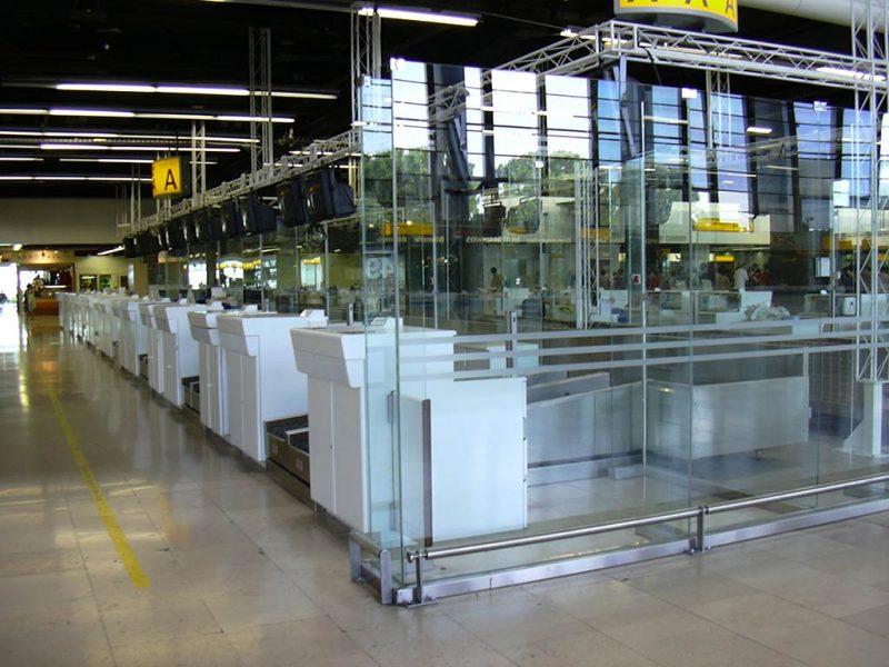Banques vitrées d'enregistrement de l'Aéroport Marseille Provence