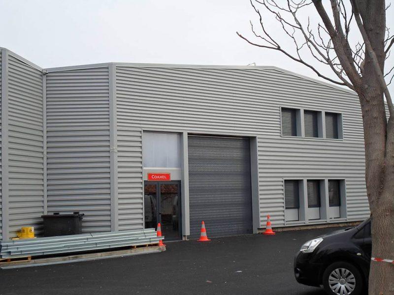 Bardage Menuiseries aluminium d'un bâtiment industriel