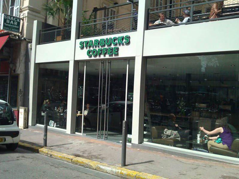 Devanture et terrasse du Starbuck Coffee