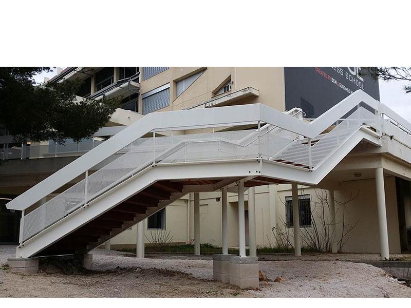 Escalier métallique de l'école de commerce Kedge à Luminy Marseille
