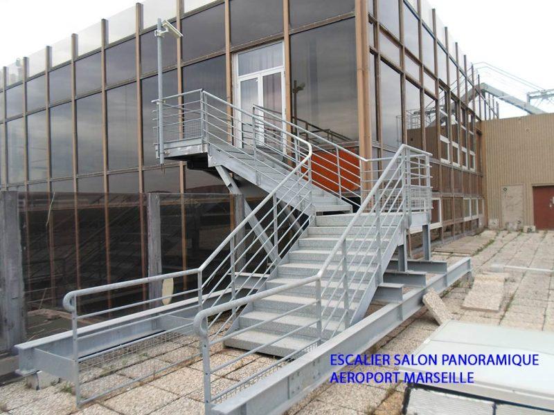Escalier extérieur du salon panoramique de l'Aéroport Marseille Provence