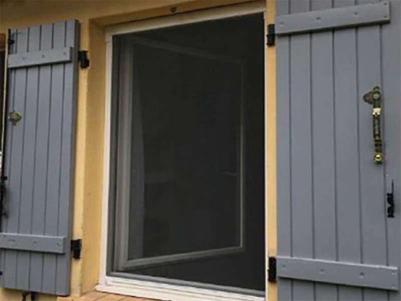 moustiquaire enroulable MoustiRoll2, protège des insectes avec une bonne visibilité vers l'extérieur.