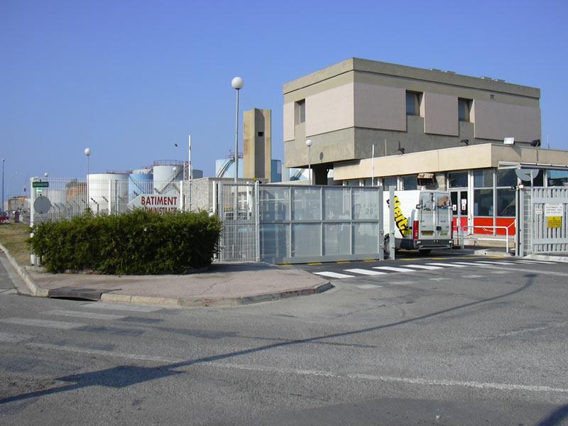 Raffinerie Esso Fos sur Mer. Deux grands portails coulissants opposés d'entrée d'usine. Tôles perforées GANTOIS, peinture poudre Epoxy.