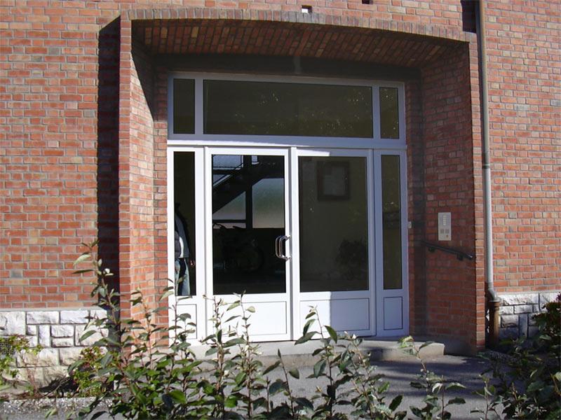 Porte d'entrée d'immeuble en acier Mannesman (profilés acier), fermeture par ventouse électromagnétique. Résidence le Logis Salonais à Salon de Provence.