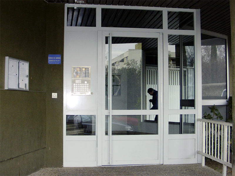 Porte d'entrée d'immeuble menuiserie acier FORSTER, interphone inox, fermeture par ventouse électromagnétique. Résidence Croisette - La Blancarde Marseille