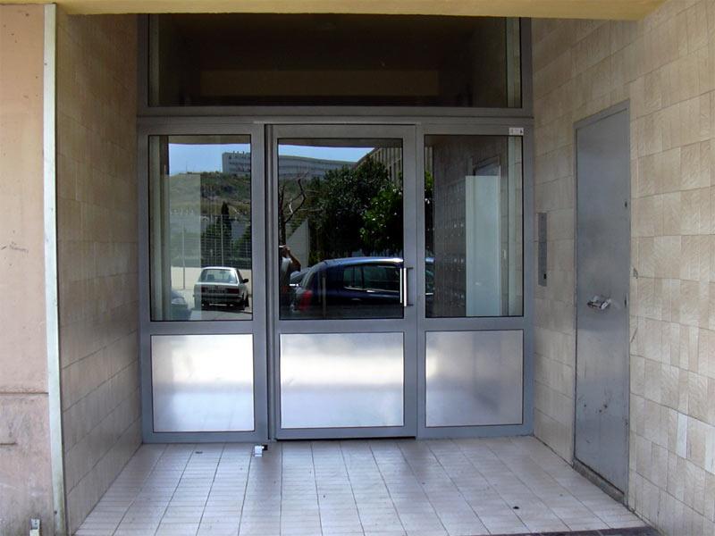 Porte d'entrée d'immeuble en inox brossé, fermeture par ventouse électromagnétique. Square Hopkinson à Marseille