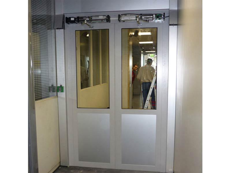 Porte acier Mannesmann automatisée, sécurisée. Accès réservé de l'Aéroport Marseille Provence