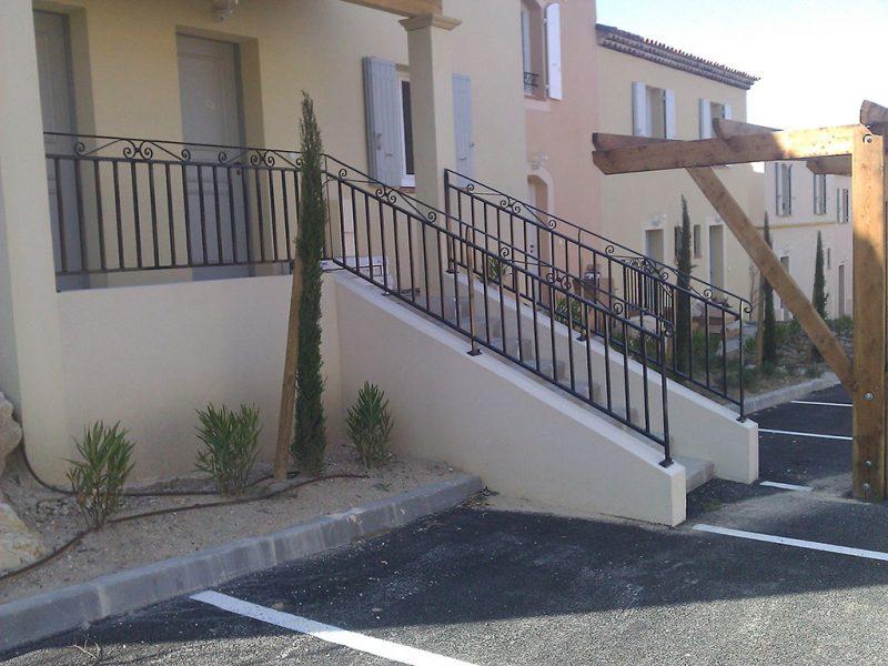 Rampes métalliques d'escaliers extérieurs d'une Résidence Pierre et Vacances