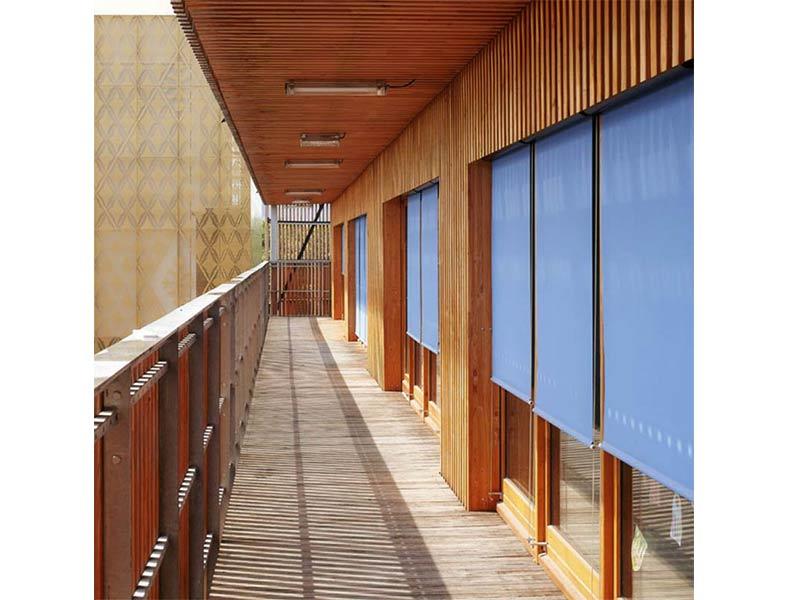 Store enrouleur extérieur Rolloexterieur doté d'une toile technique et protège efficacement du soleil et de la chaleur.