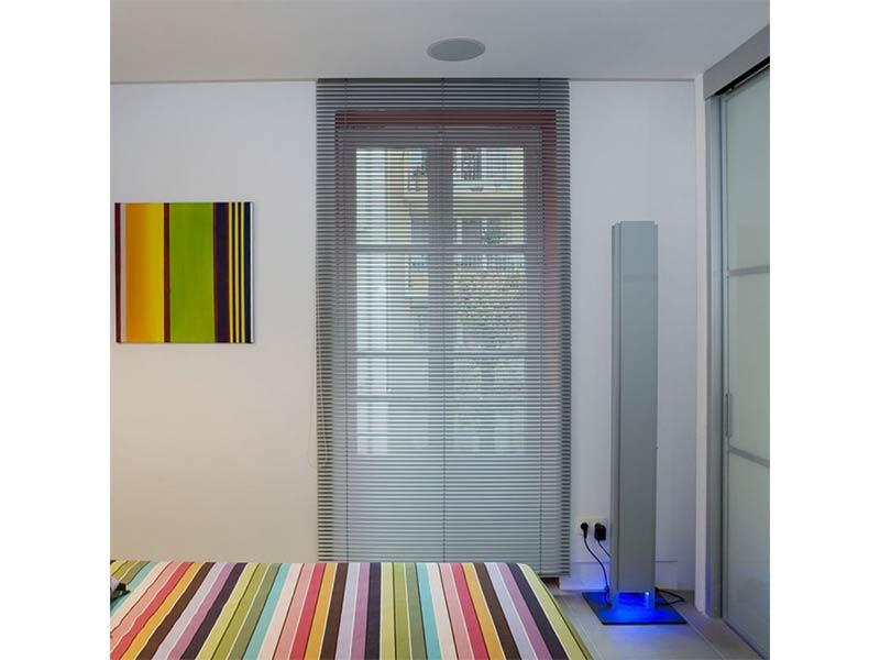 Store vénitien Lames aluminium coloris assorti au boitier et à la barre de charge.